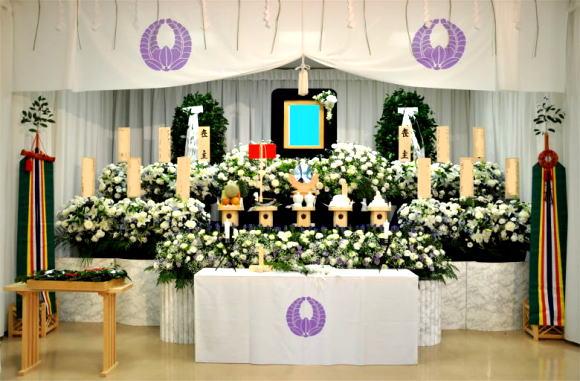 神式祭壇例・友人葬祭壇例です ゆう共済の花に囲まれて送る葬儀